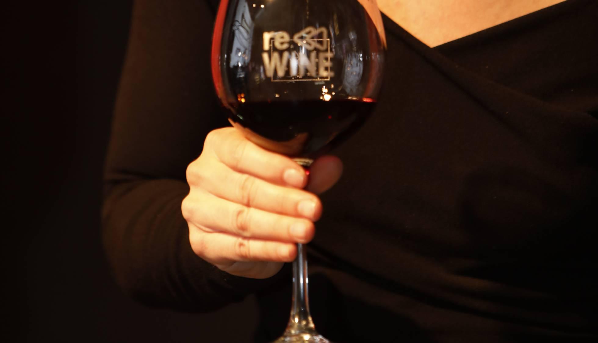 Una copa de vino con el logotipo del proyecto Rewine.