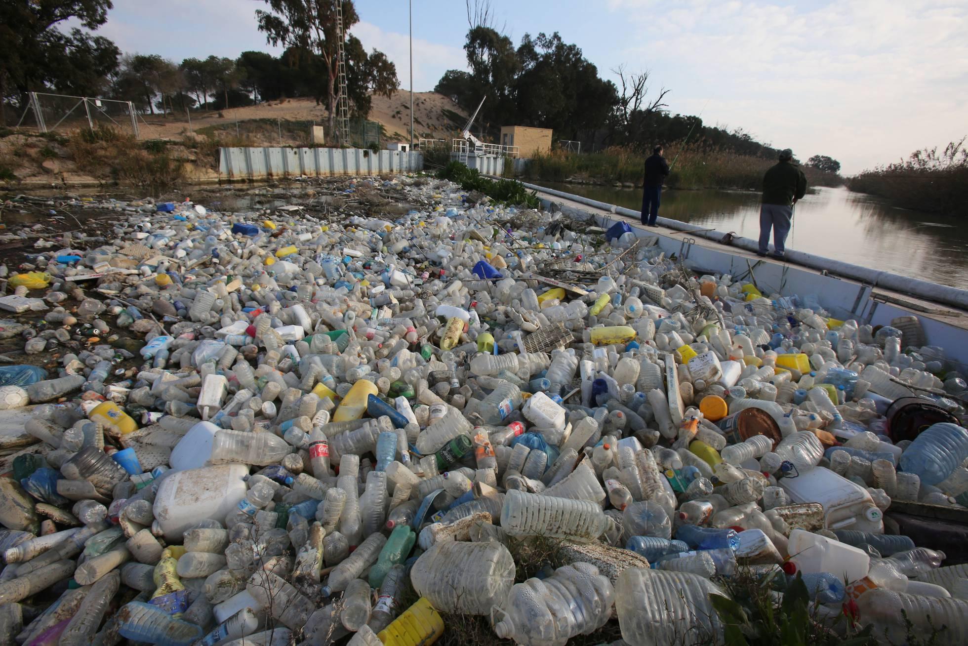 Cientos de recipientes de plástico se acumulan el el cauce viejo del Segura. Joaquín de Haro